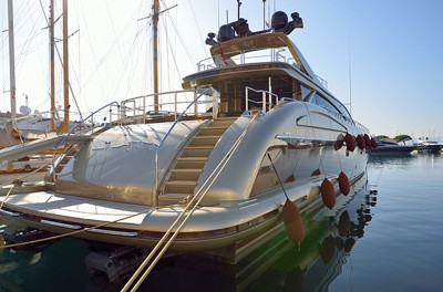 How to clean the hull of a boat and maintain it?